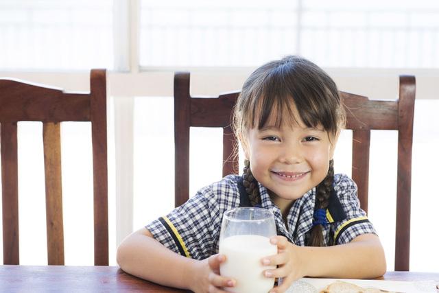 Cân nặng chưa đạt chuẩn sẽ không còn là mối lo ngại của mẹ khi bổ sung cho con 500ml sữa công thức Cô Gái Hà Lan mỗi ngày