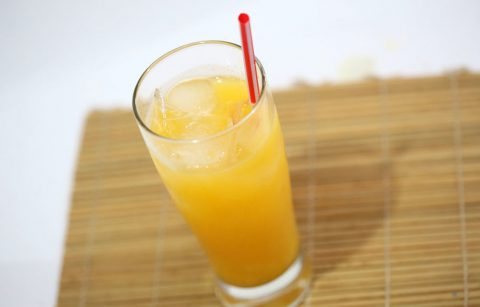 Rót nước cam ra ly, nếu bạn nào thích ngọt và mát thì có thể cho thêm ít đường và đá xay.