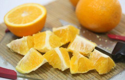 Cắt cam thành từng miếng nhỏ