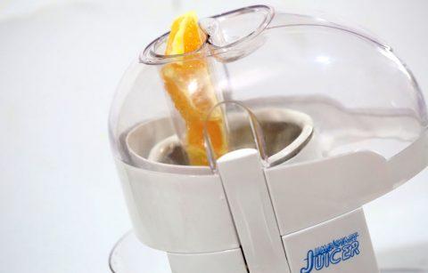 Cho cam vào máy ép lấy nước