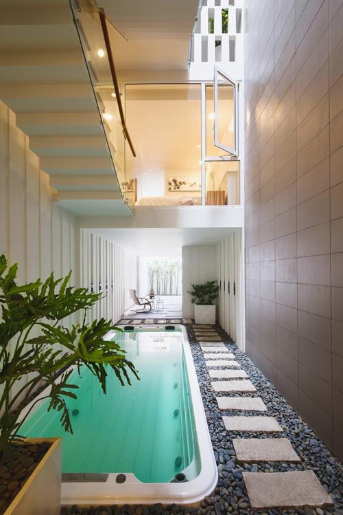 Nhà hẹp nhưng vẫn hoàn toàn có thể xây được bể bơi trong nhà nếu biết cách thiết kế phù hợp