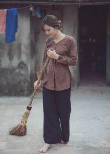 Đi chân trần quét sân là cuộc sống thường nhật ở thôn quê